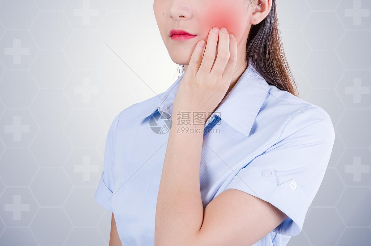美女牙疼图片