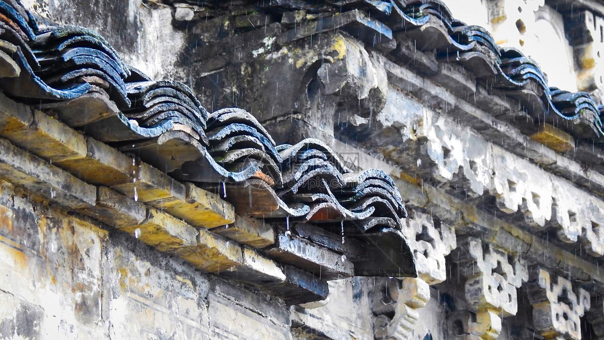 雨天的中式古建筑屋檐瓦片
