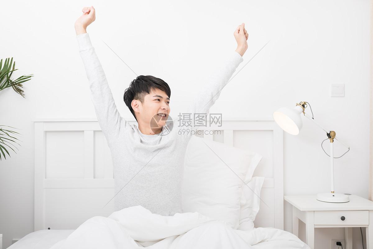 qq空间 新浪微博  花瓣 举报 标签: 睡觉起床睡眠男子居家生活伸懒腰