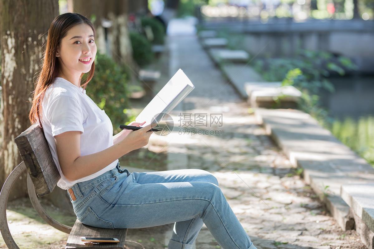 坐在树下看书的女生