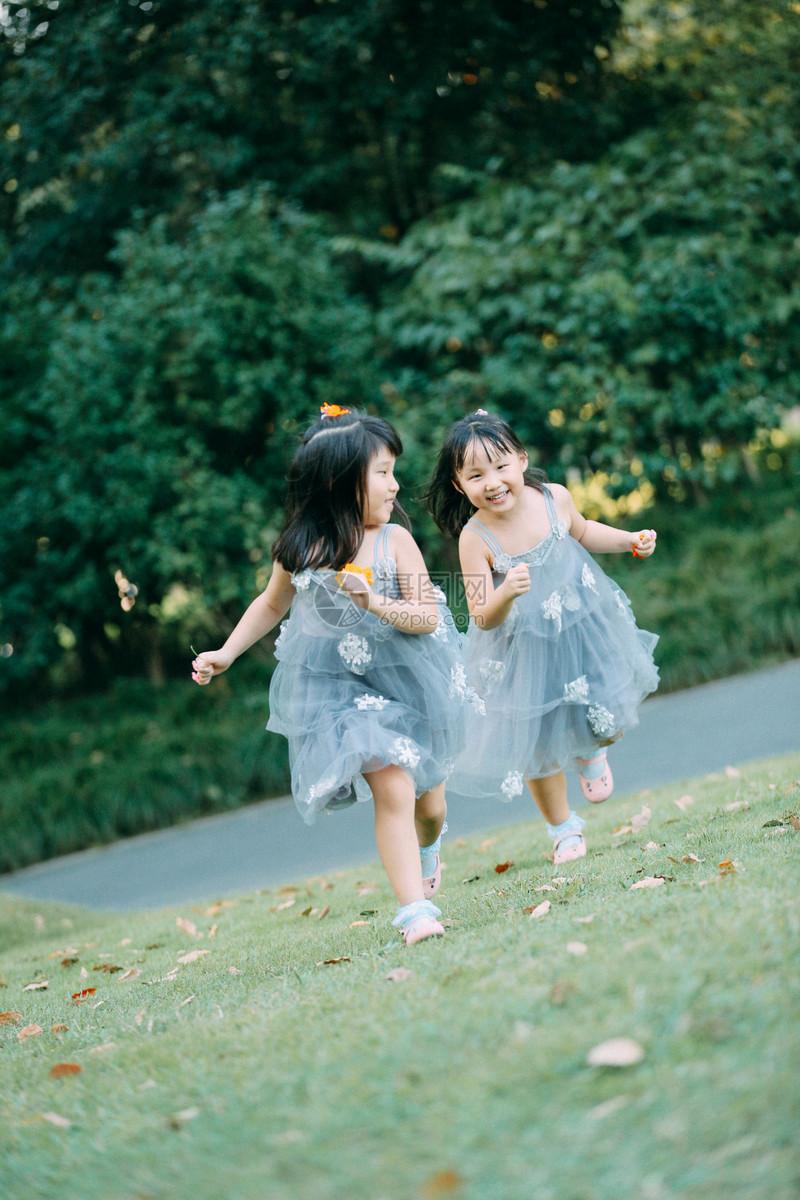 阳光下可爱的小女孩jpg  分享: qq好友 微信朋友圈 qq空间 新浪微博