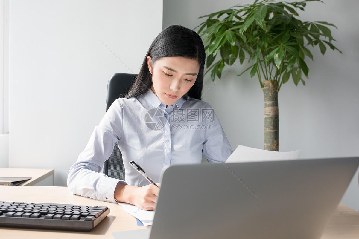 职业女性工作照片_正在工作打电脑的商务人士职场女性图片
