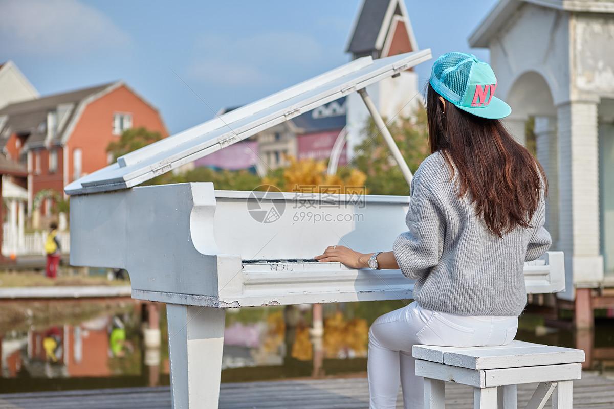 弹钢琴的女孩背影