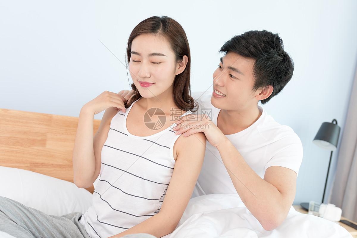 丈夫给妻子按摩肩膀图片素材_免...