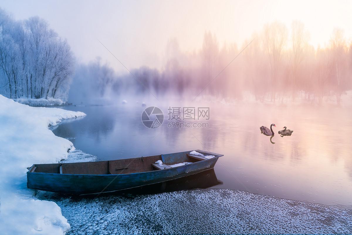 冬天大雪雾凇下的小船天鹅图片