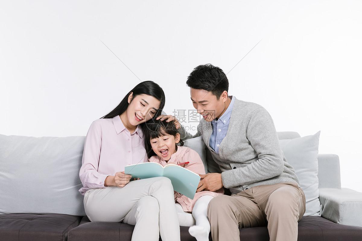 爸爸妈妈陪伴女儿画画