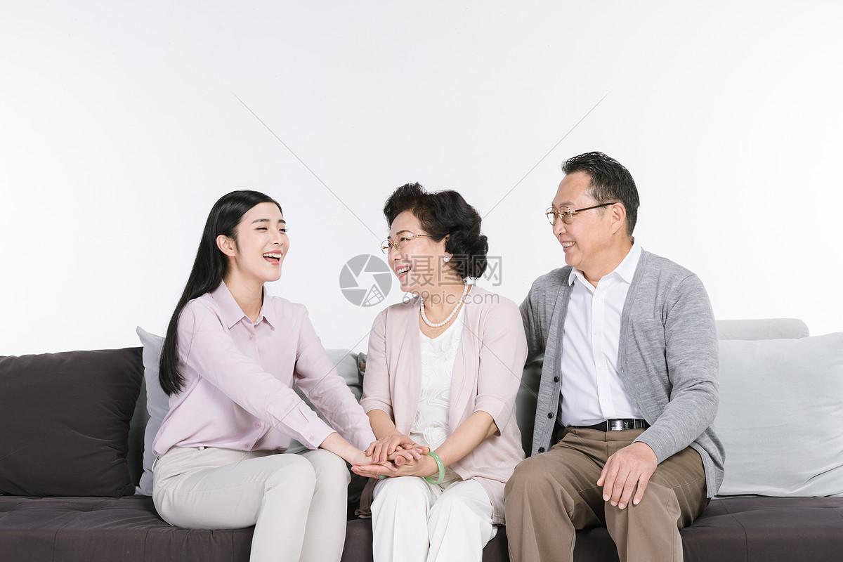 图片 照片 人物情感 女儿与父母陪伴jpg