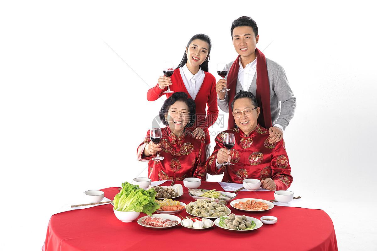 新年一家人在一起团圆聚餐