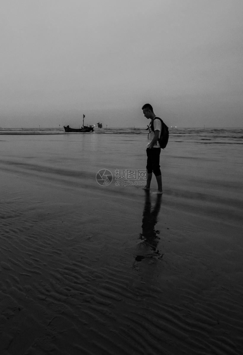 照片 人物情感 孤独的背影jpg  分享: qq好友 微信朋友圈 qq空间 新浪