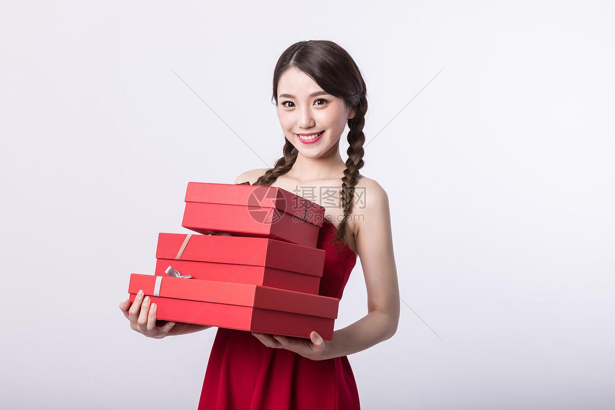 新年手捧礼物的可爱女孩