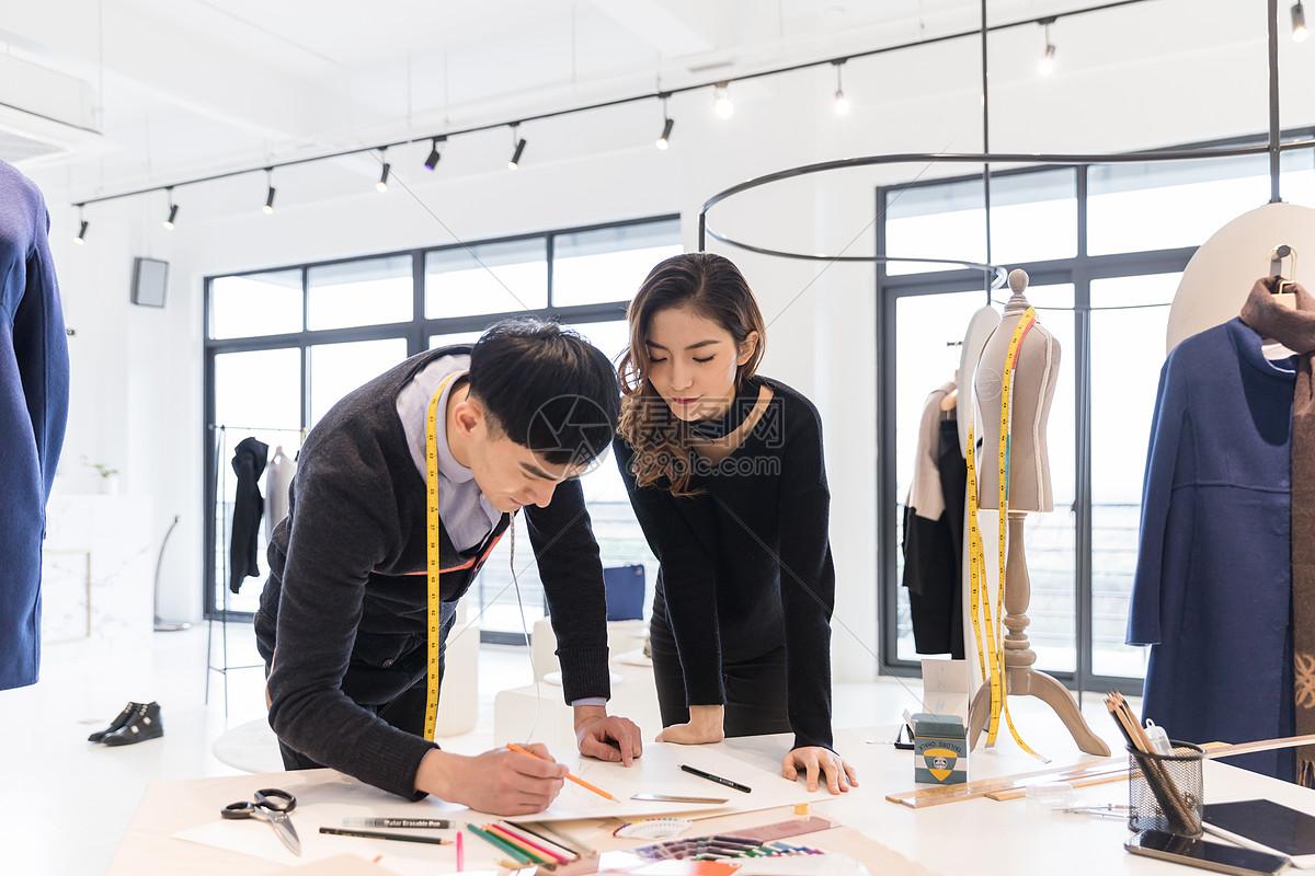 服装设计师团队在工作