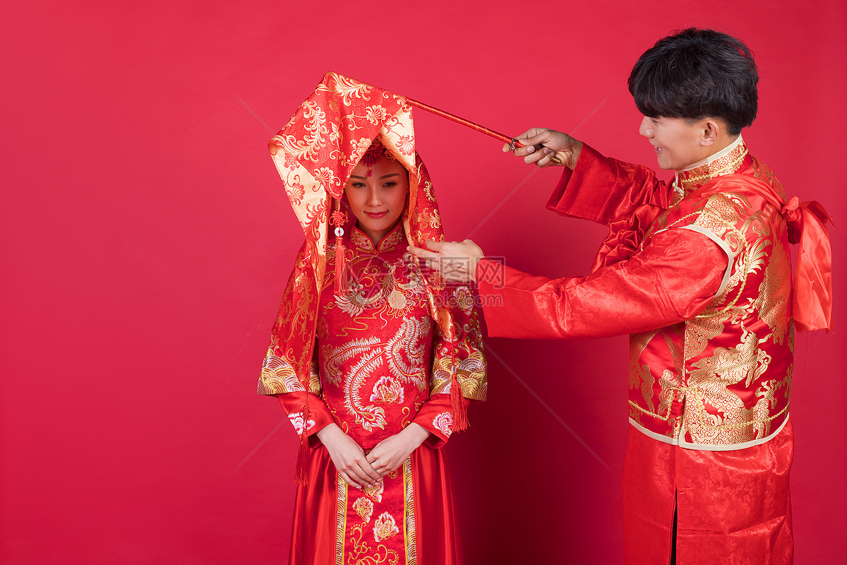 传统中式婚礼新郎掀起新娘的红盖头