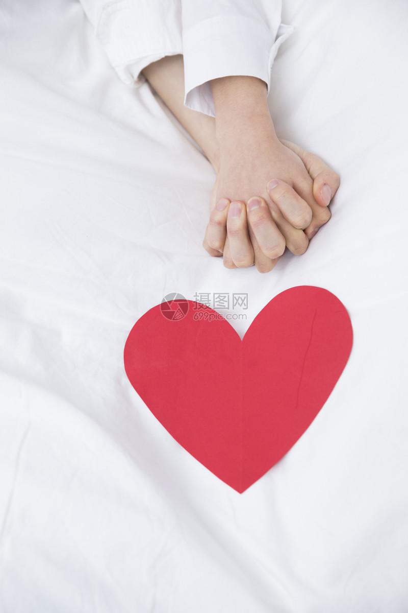 情侣牵手爱心