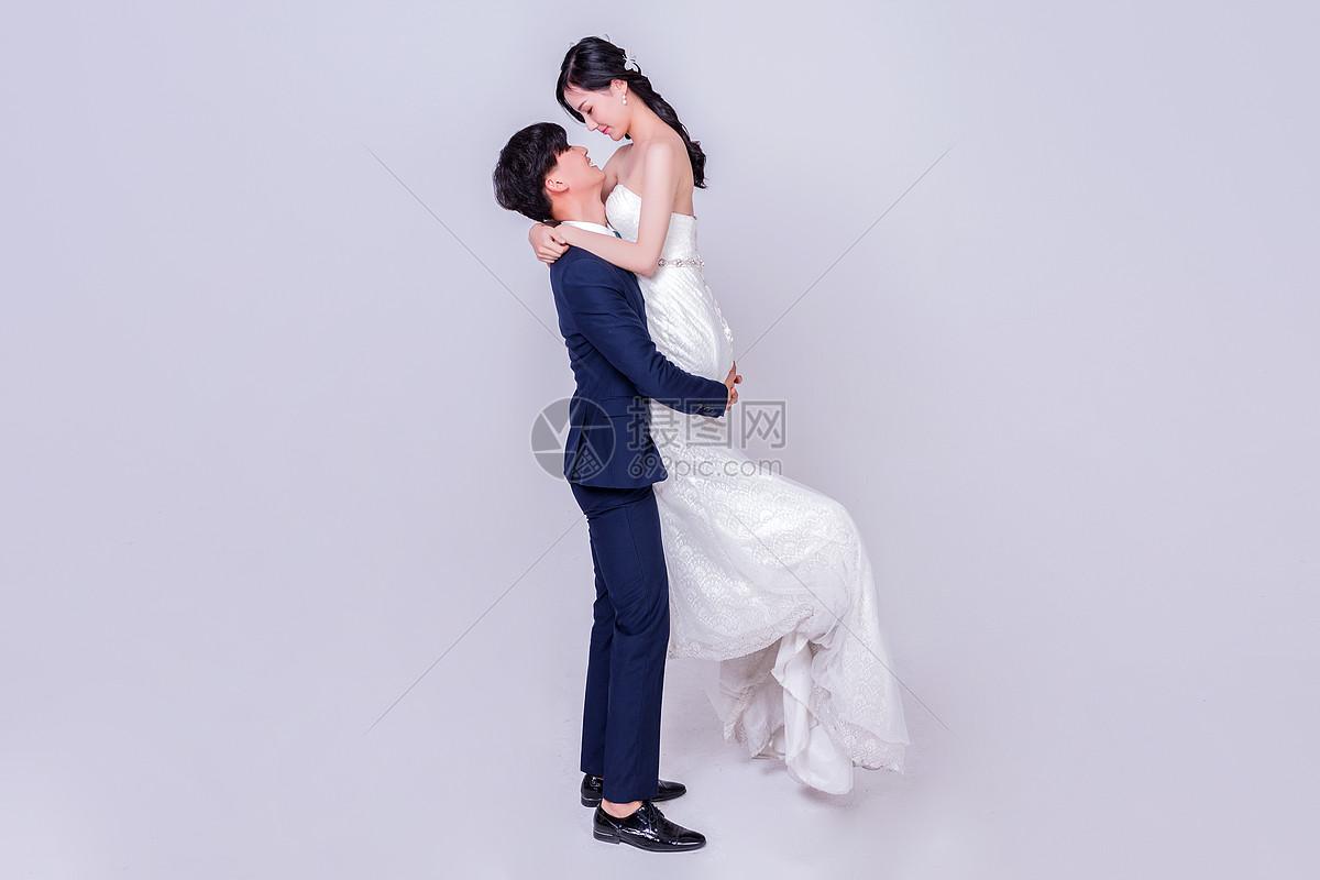情侣婚纱男生抱女生