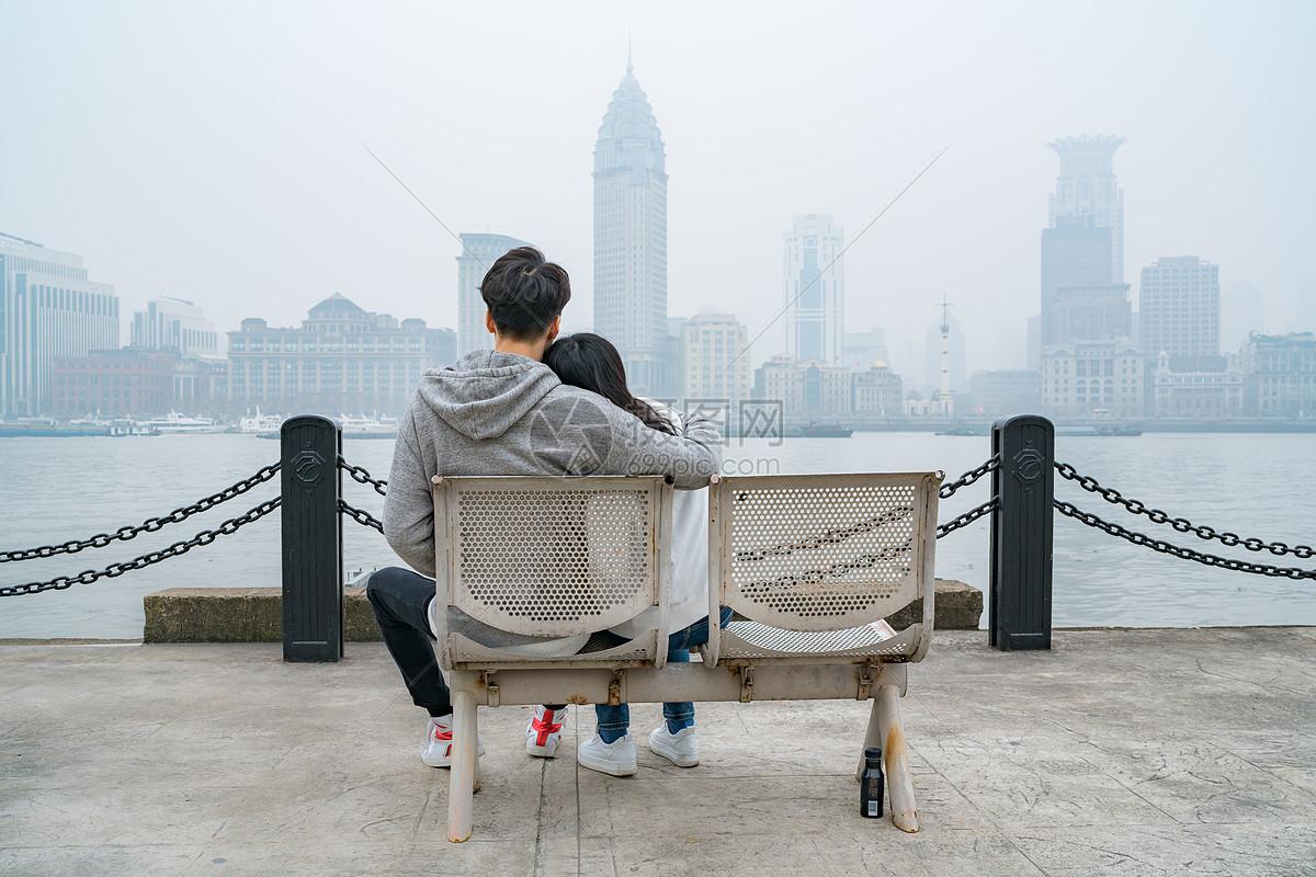 户外看风景的情侣