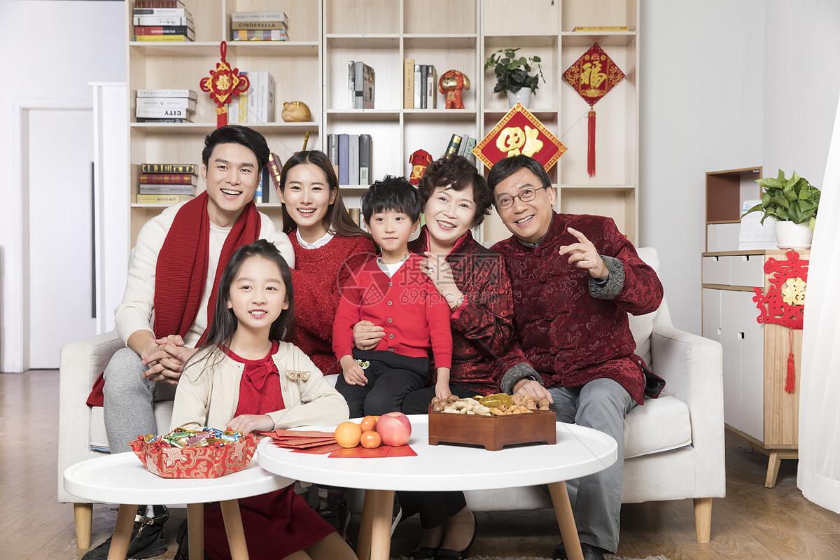 新年一家人一起看电视
