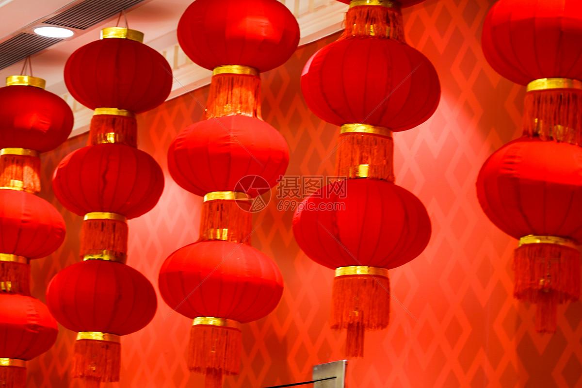 商场里一串串红灯笼
