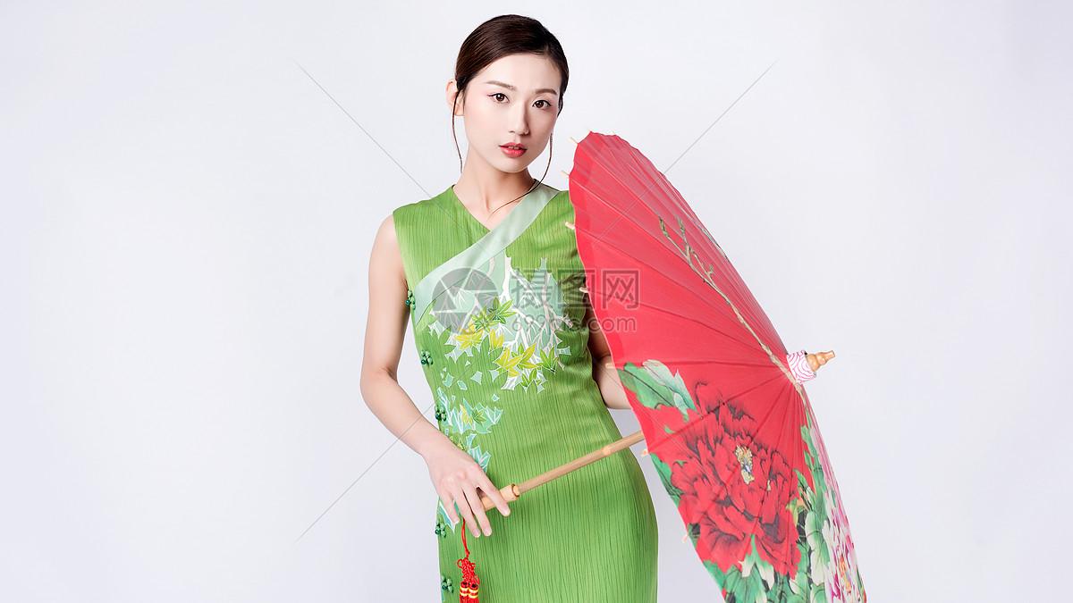 图片 照片 人物情感 手持红色油纸伞的旗袍美女.jpg
