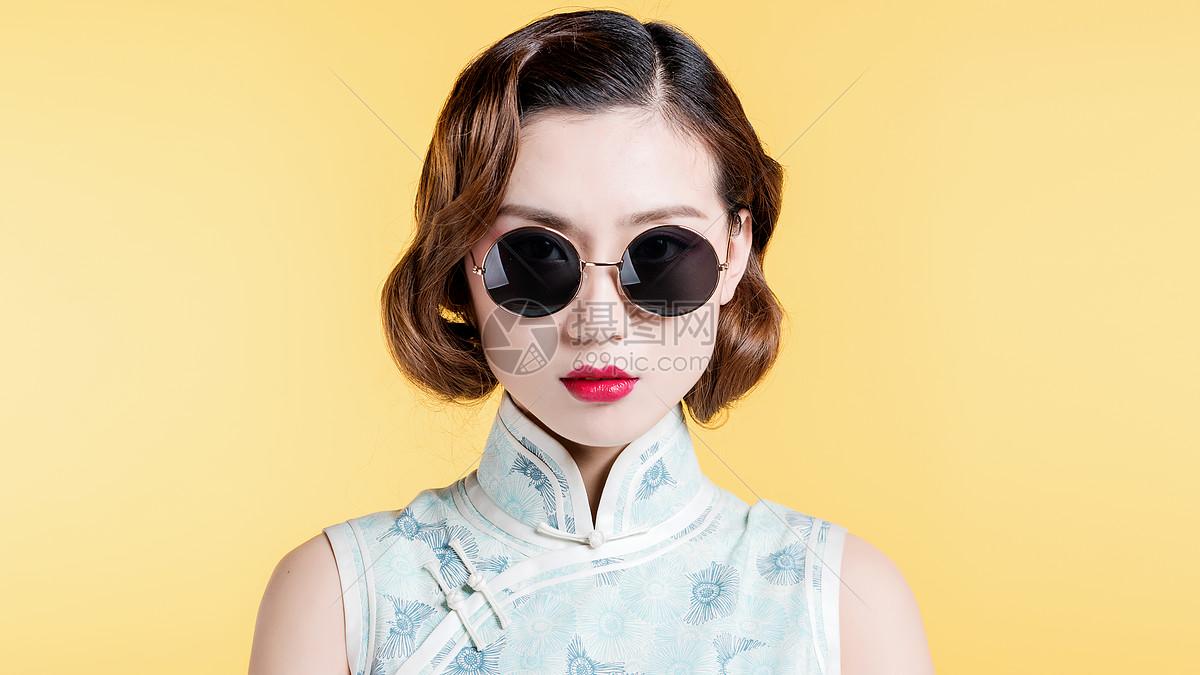 民国风古典美女带着墨镜抹着红唇图片