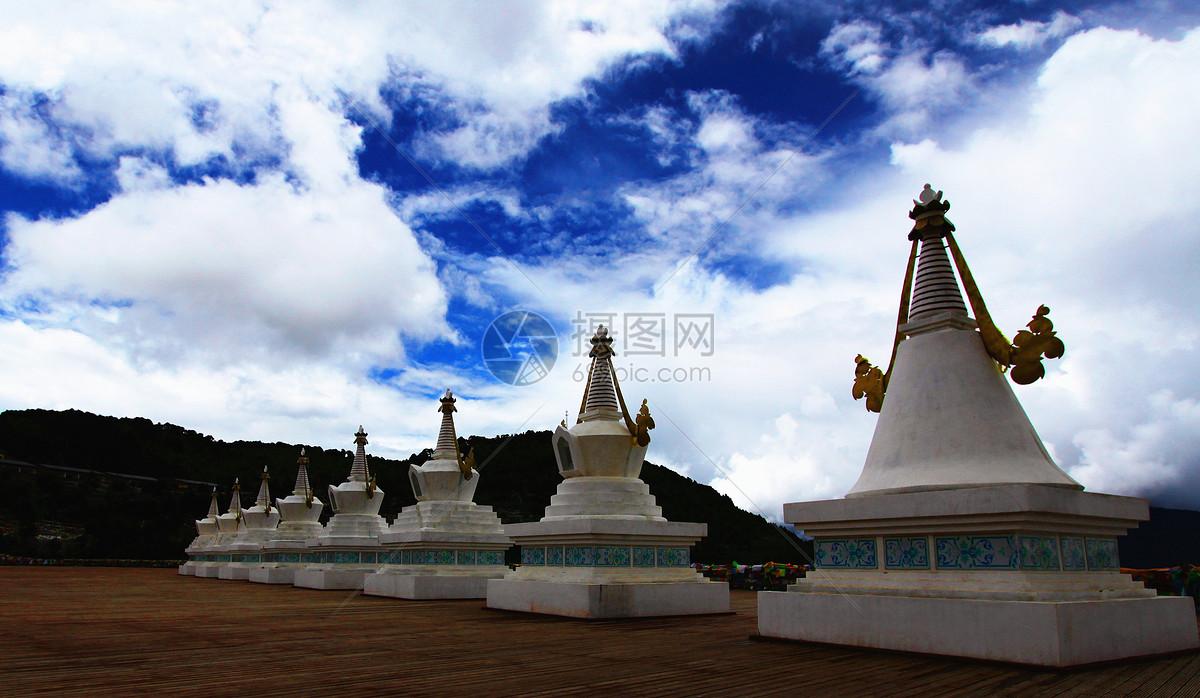 云南香格里拉飞来寺的白塔图片
