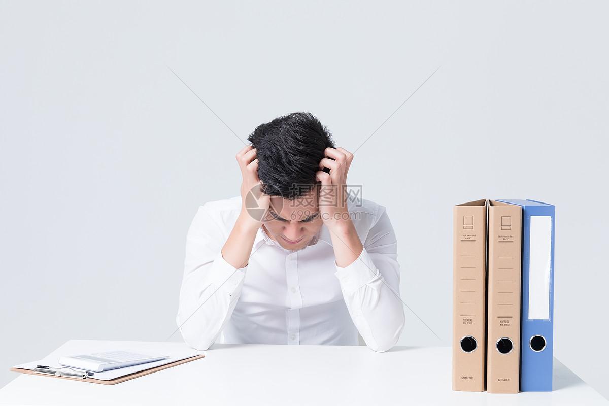 商务白领办公桌抓狂崩溃压力大