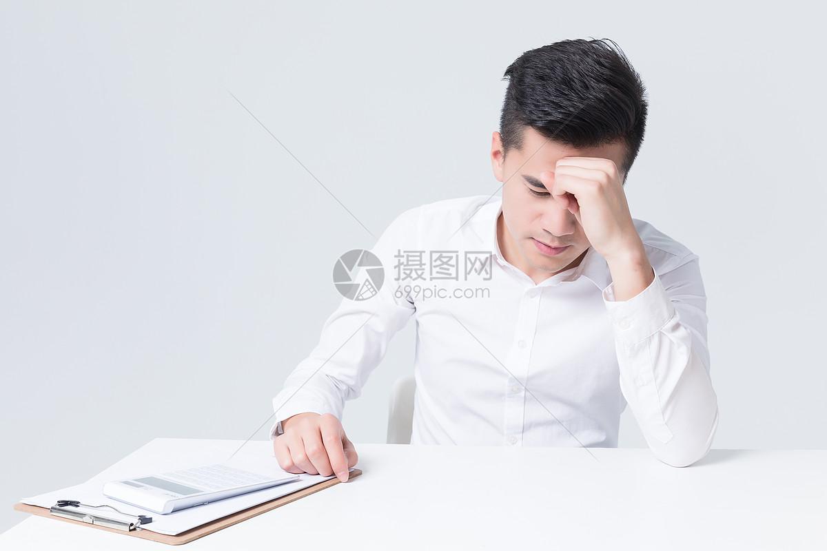 商务白领办公桌抓狂崩溃压力大图片