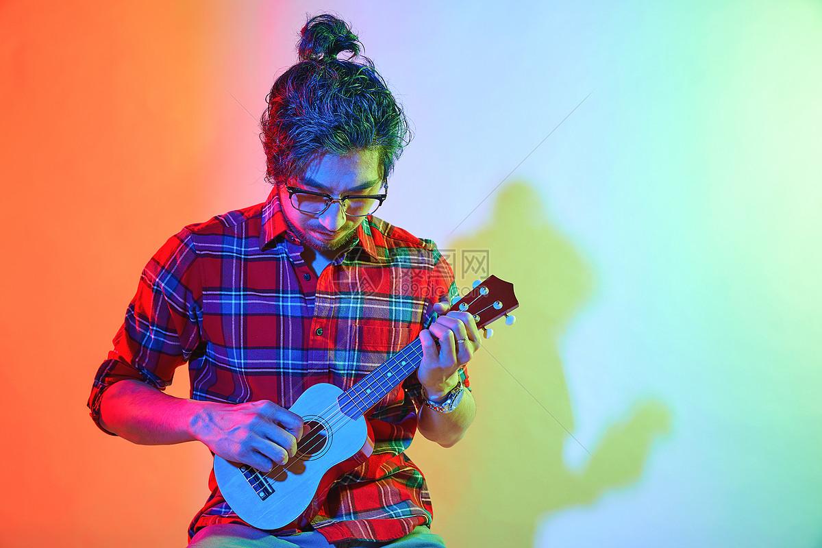 青年男性色彩创意弹奏尤克里里