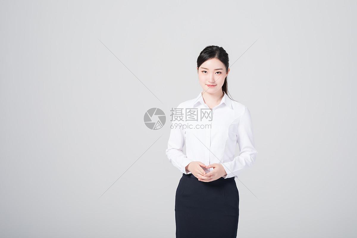 自信职场女性穿着职业正装
