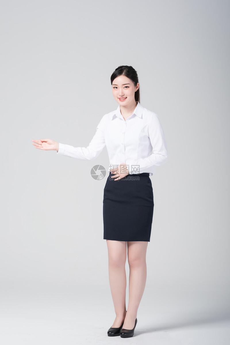 职业女性工作照片_图片 照片 人物情感 职业女性微笑欢迎手势.jpg