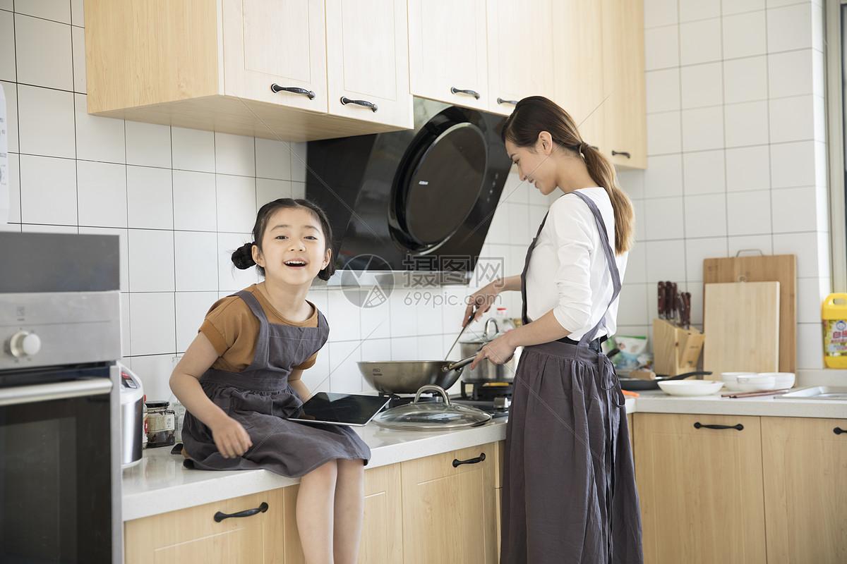 妈妈和女儿在新家厨房烧菜