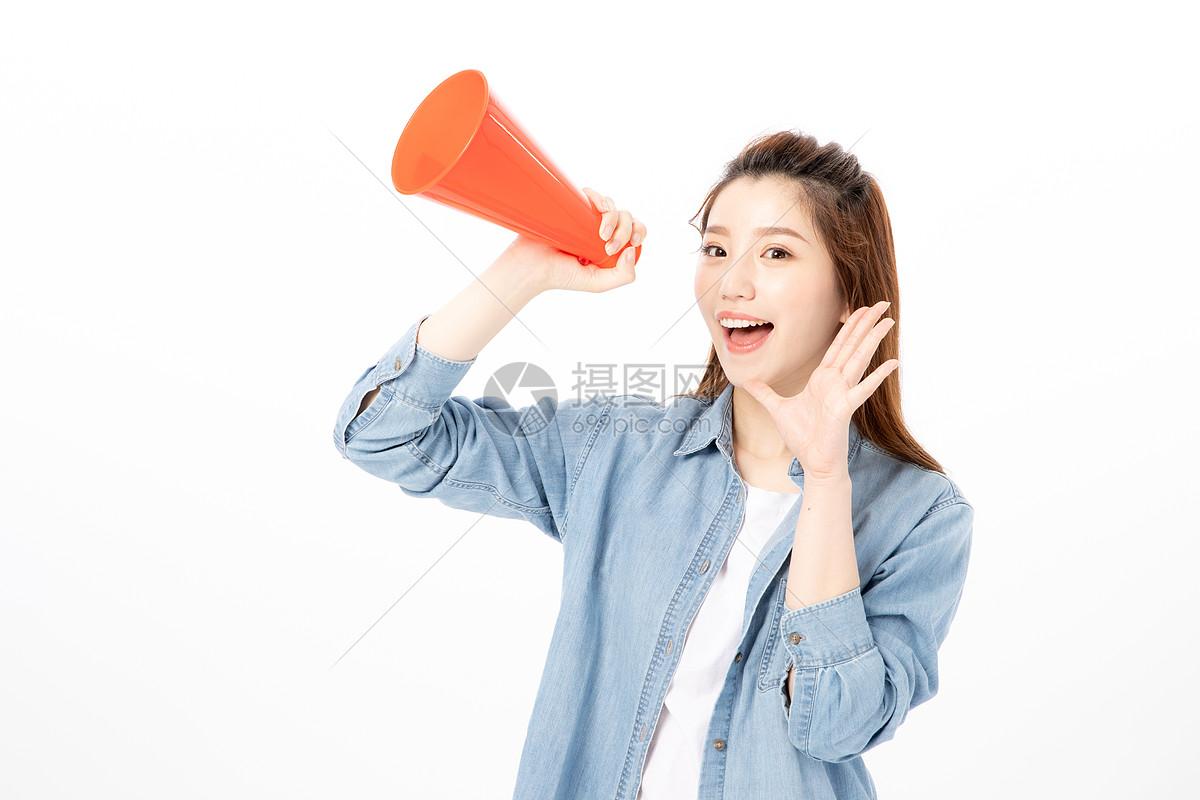 喊话的青年女性图片