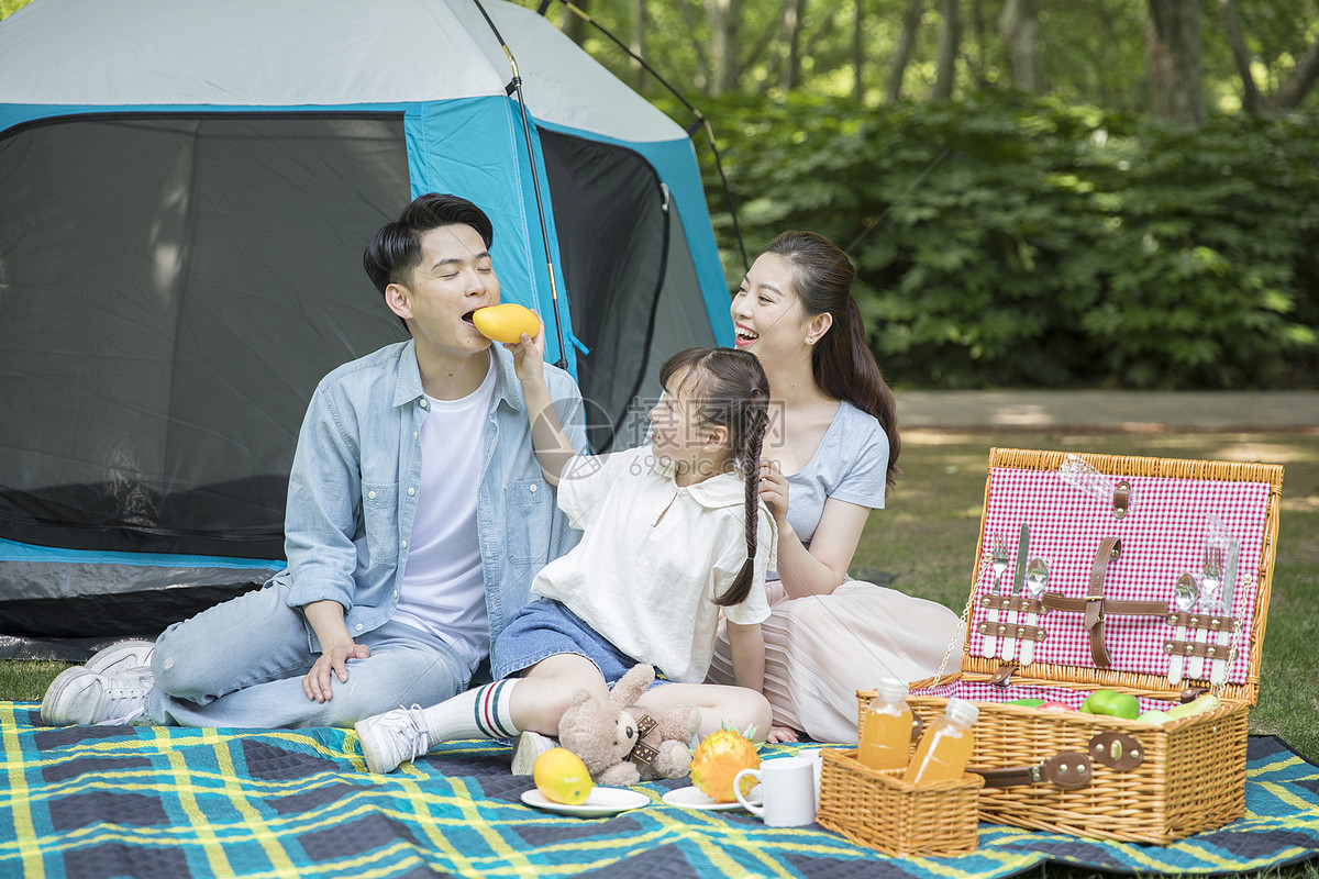一家人郊游野餐