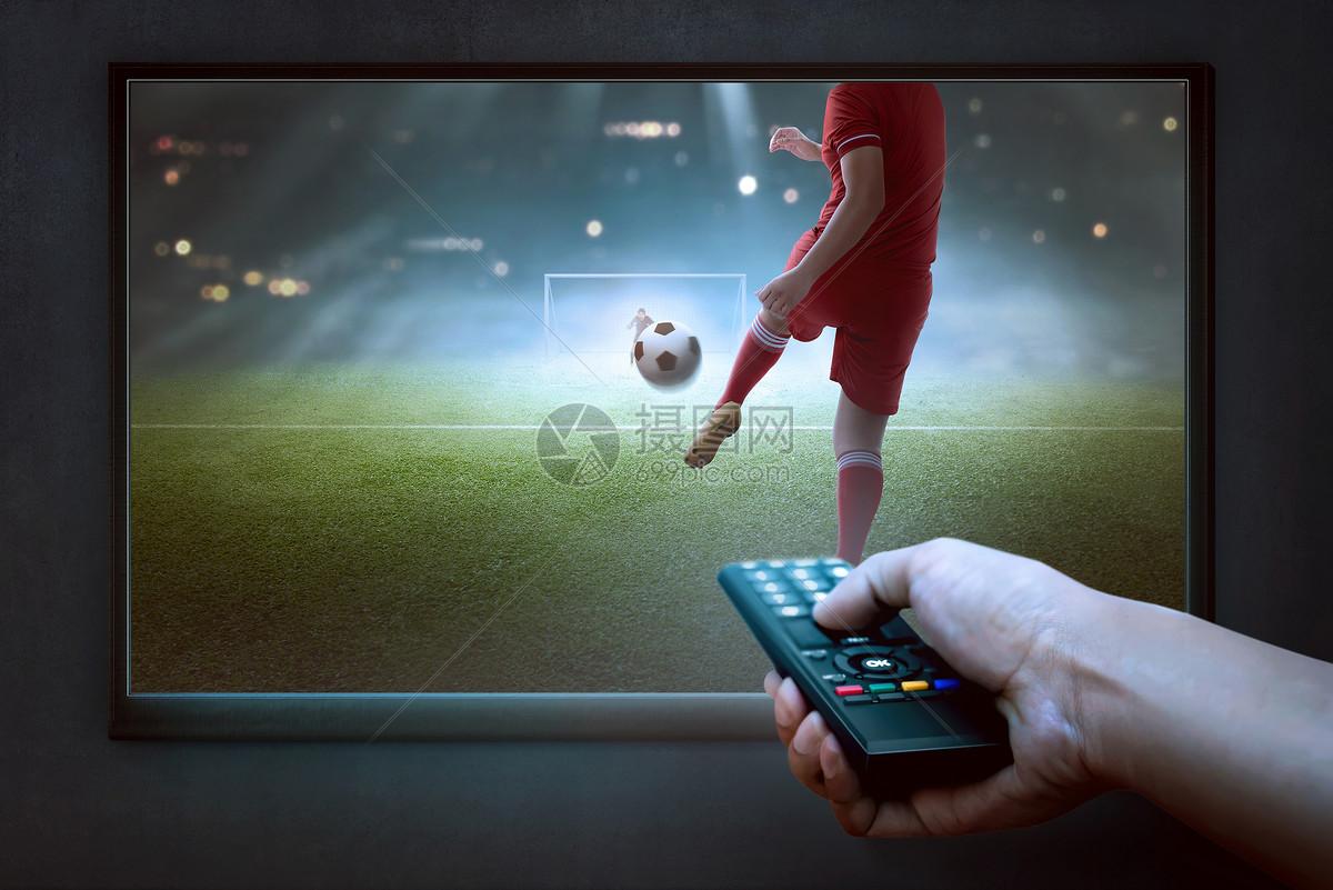 电视机前观看世界杯图片