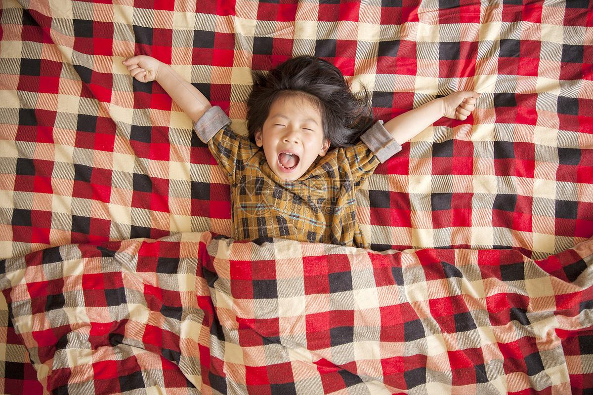 女孩在床上睡觉图片