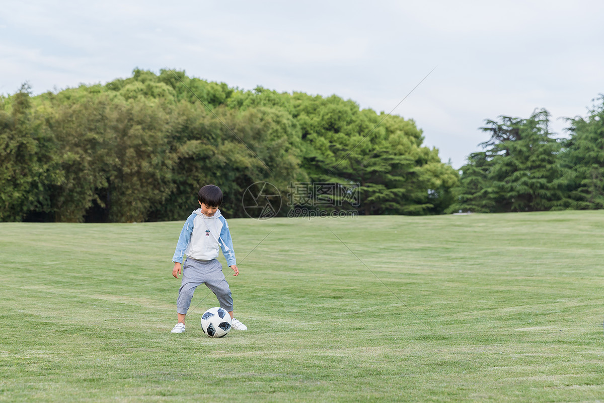 可爱儿童在公园踢足球