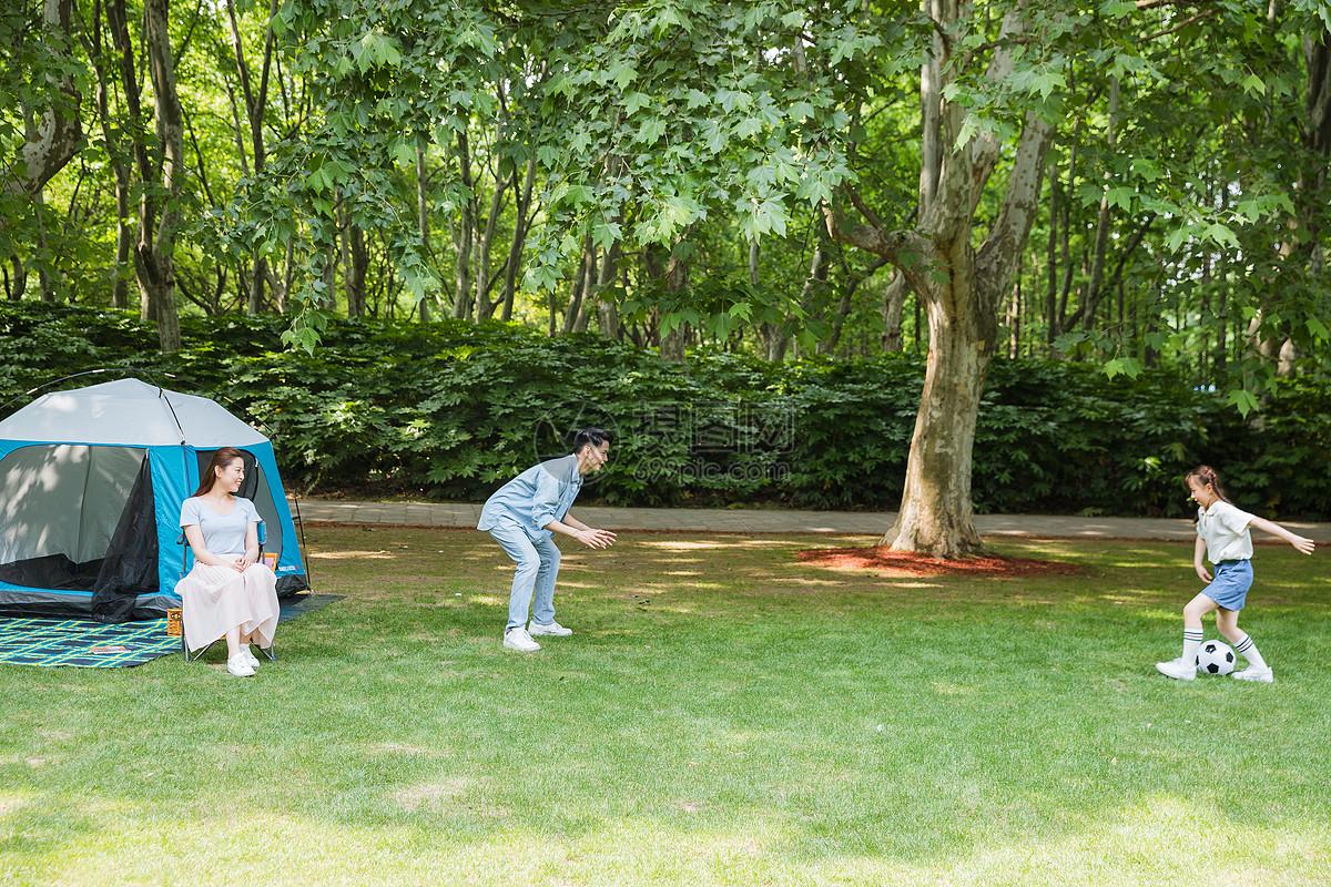 一家人野营踢足球图片