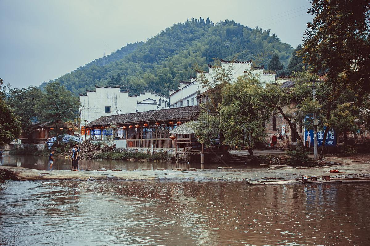 小河边宁静的水乡老街图片