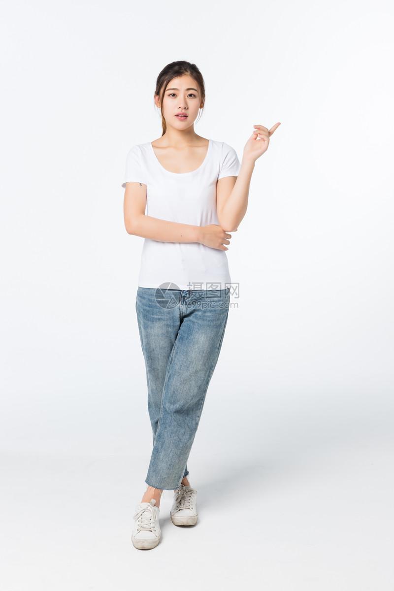 青年女孩手势指引动作图片