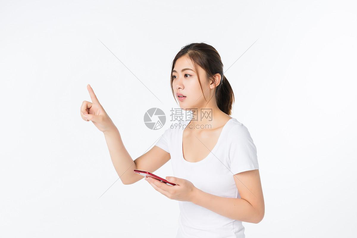 青年女孩用手机科技点击图片
