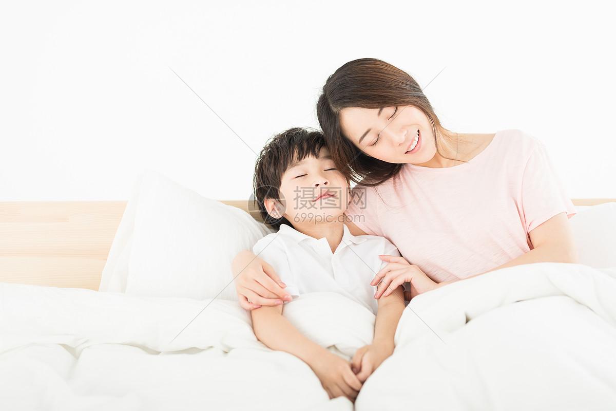 妈妈陪伴儿子睡觉图片