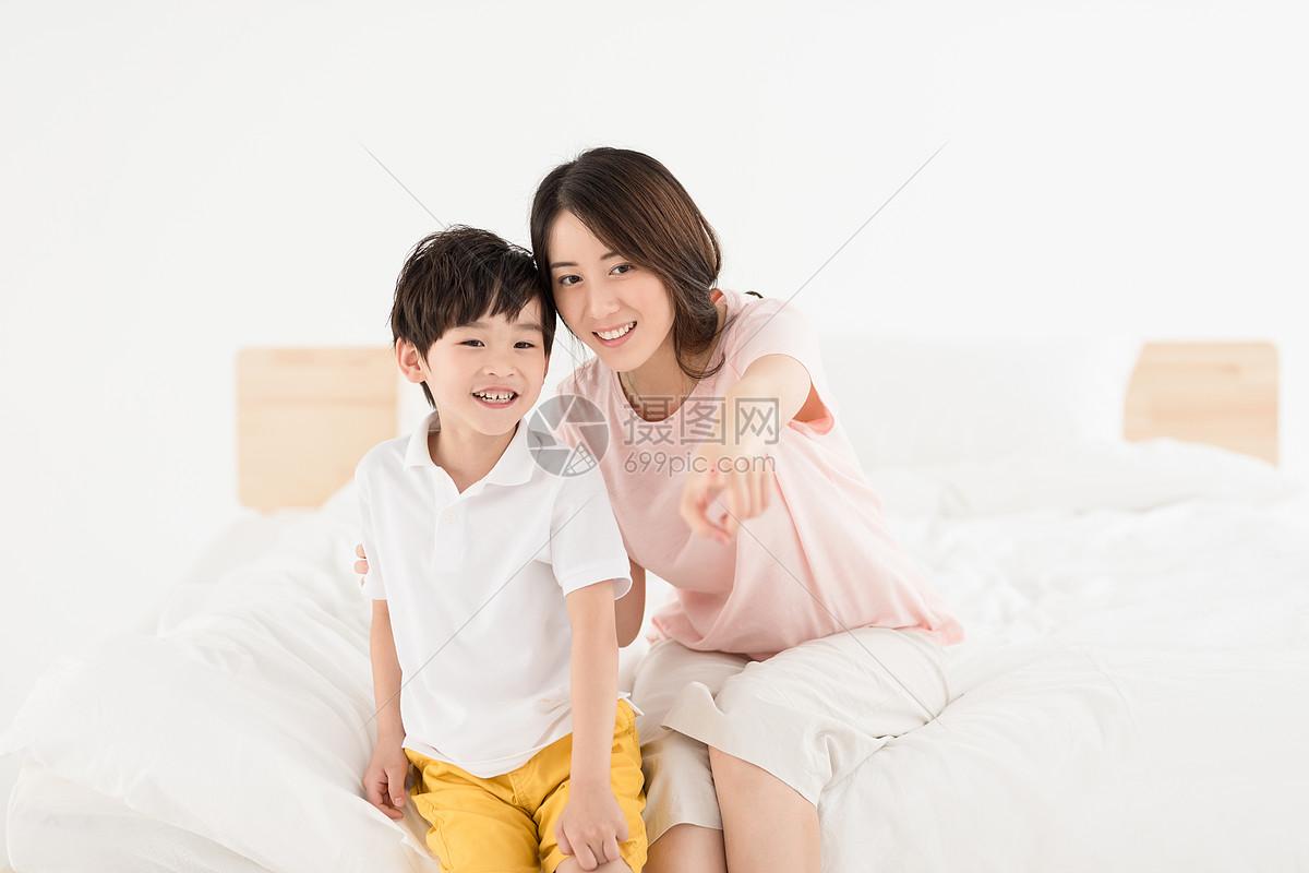妈妈和儿子居家生活床上玩耍图片