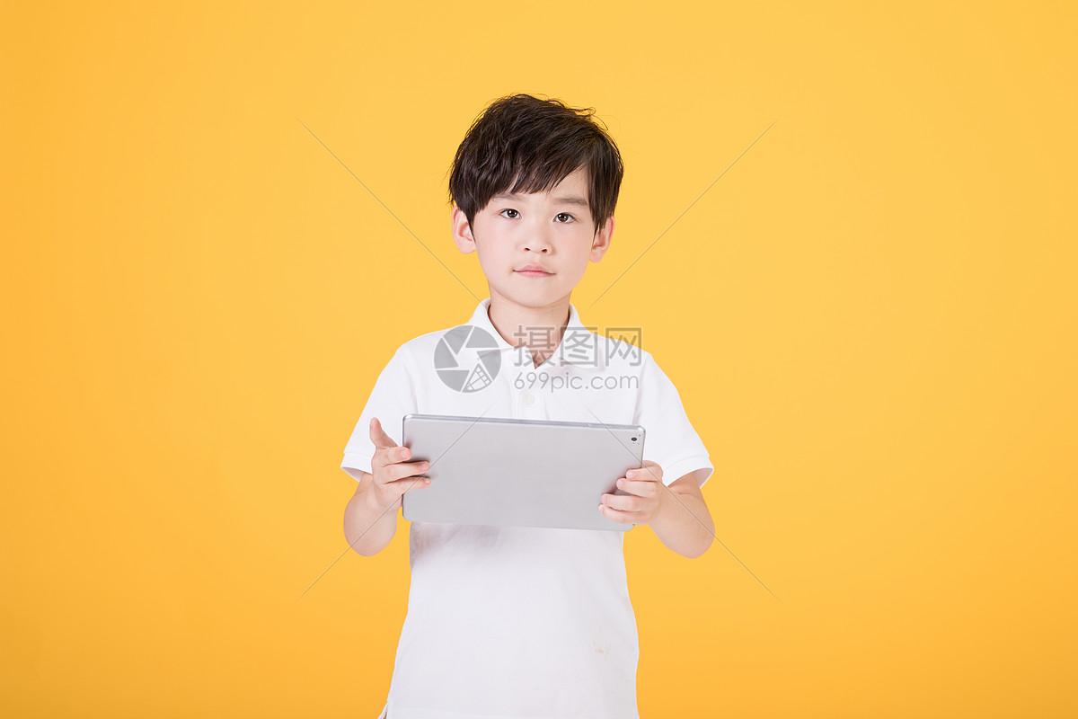 儿童小男孩手持平板电脑图片