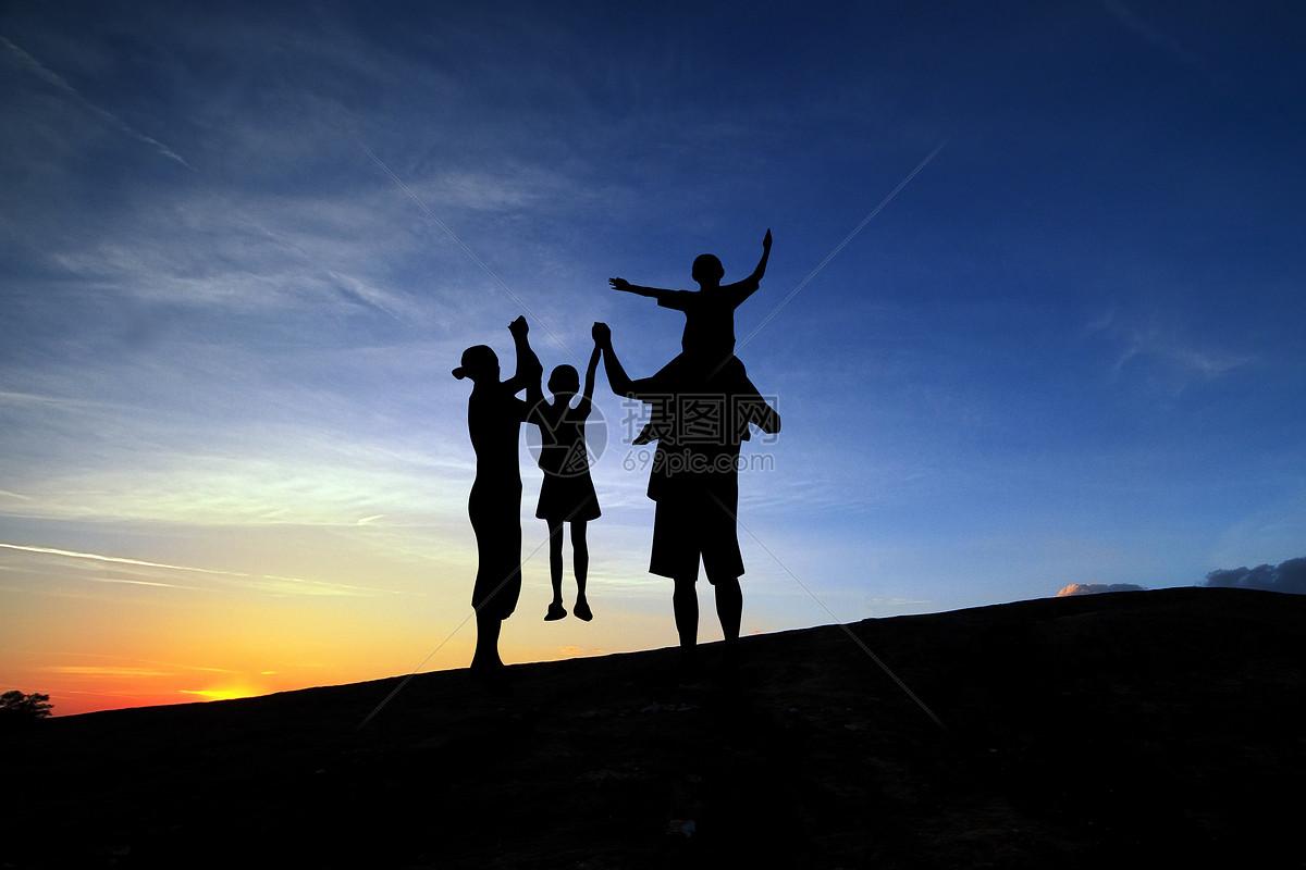 夕阳 一家四口人剪影图片
