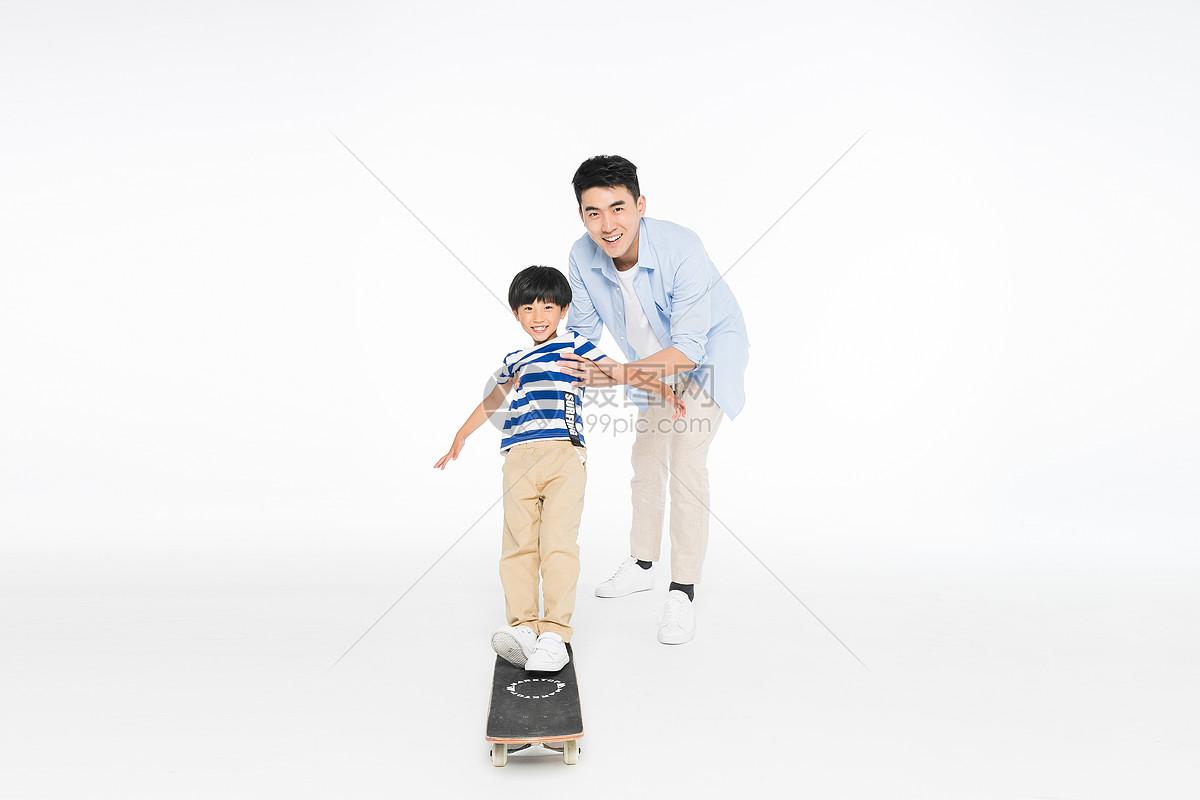 爸爸和儿子玩滑板图片