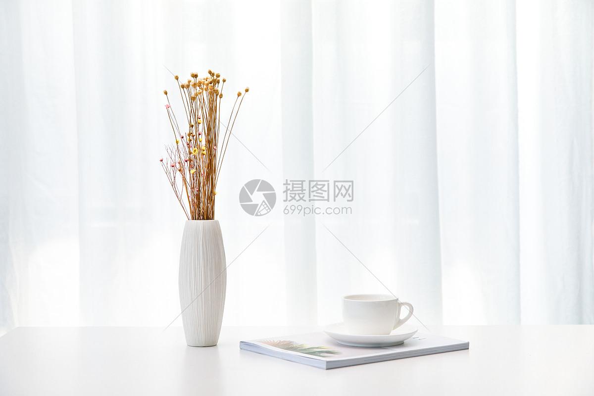桌上的花与咖啡图片