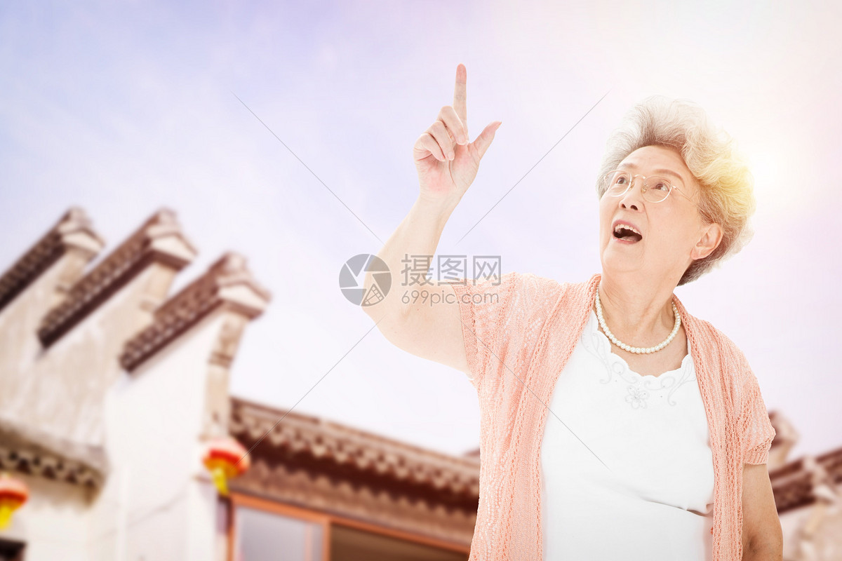 老人单独旅行图片