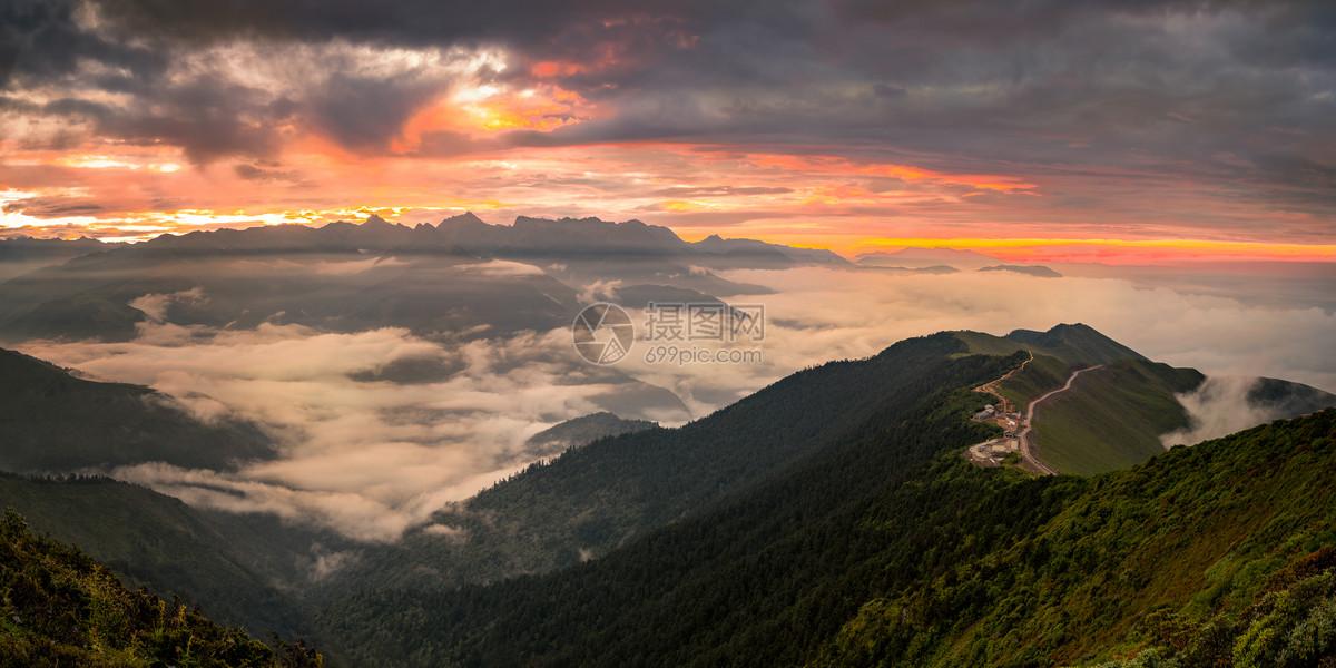 达瓦更扎山顶云海日出全景图片