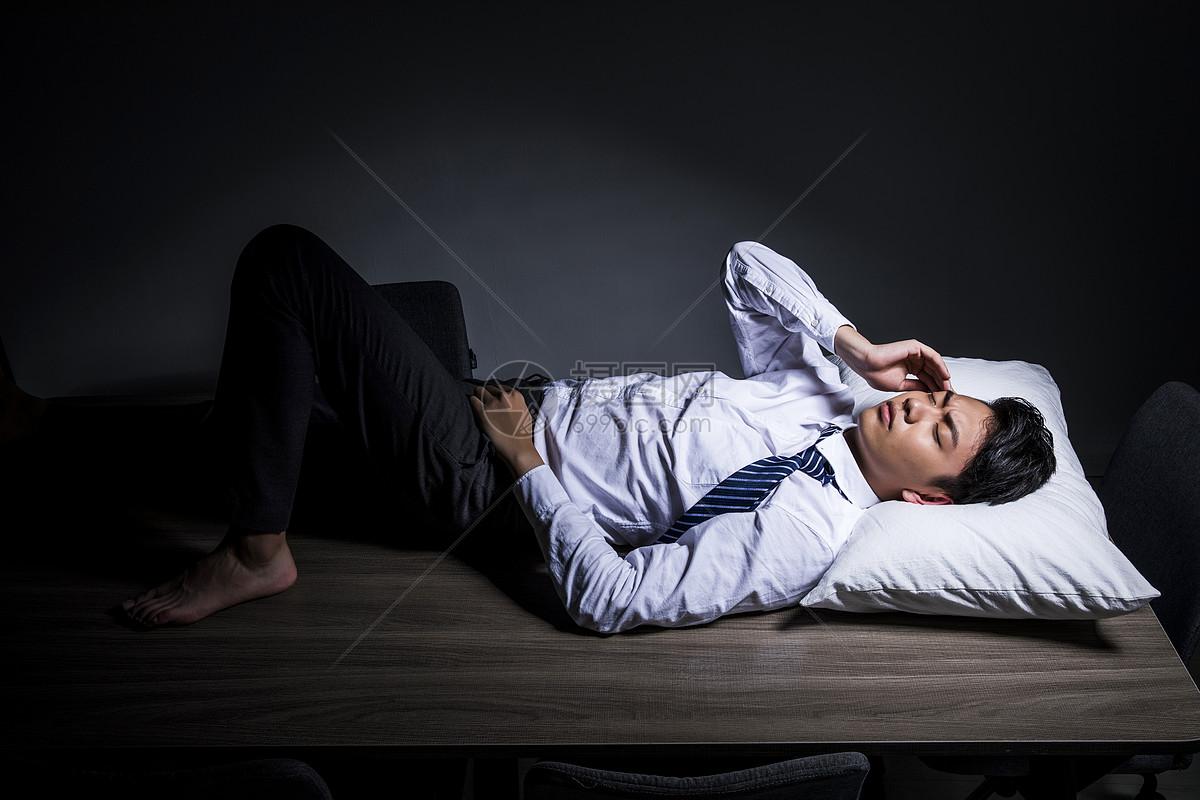 商务男性加班休息图片