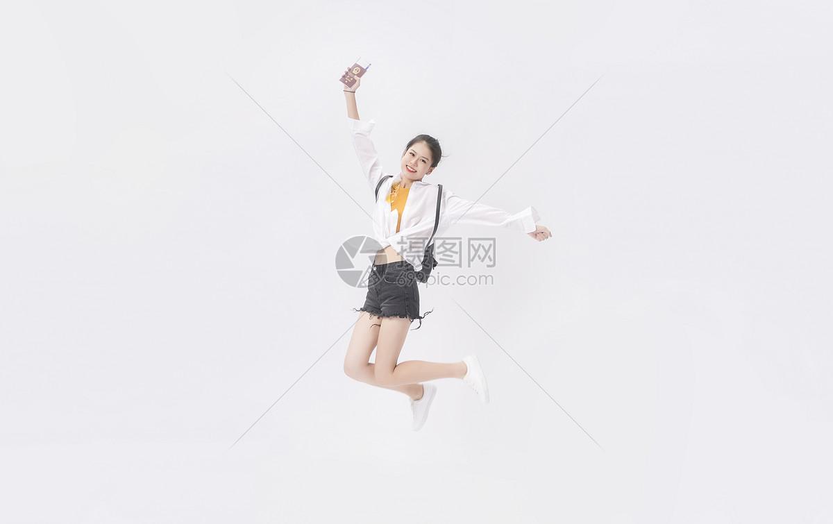 年轻女性跳跃图片