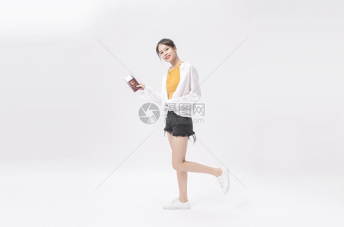 拿护照的年轻女性图片